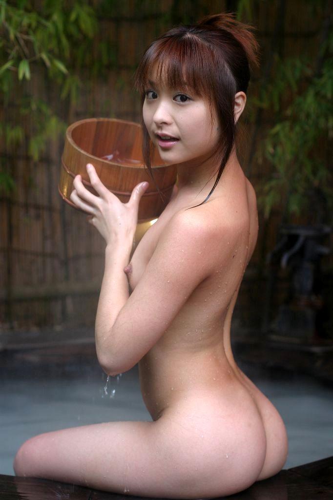 全裸で風呂に入る女 (17)
