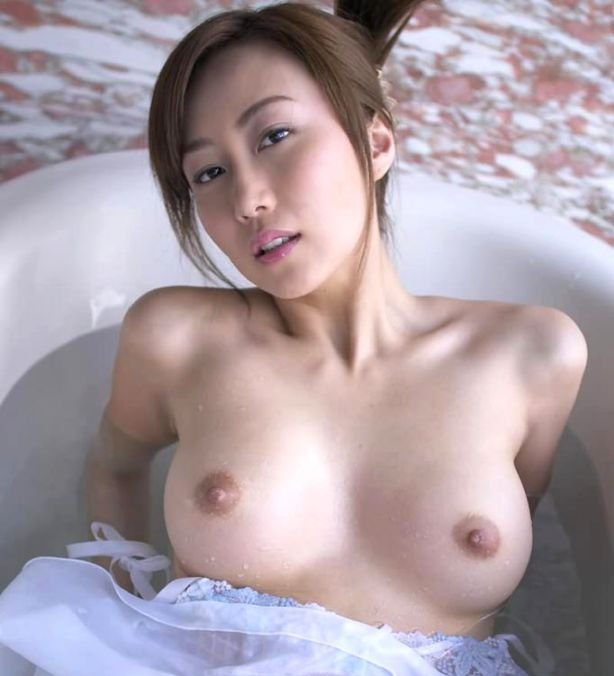 全裸で風呂に入る女 (1)