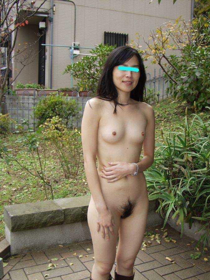 野外で脱衣する女 (14)