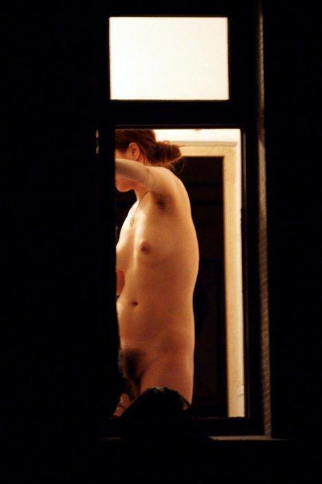 部屋に裸で寛いでる (15)