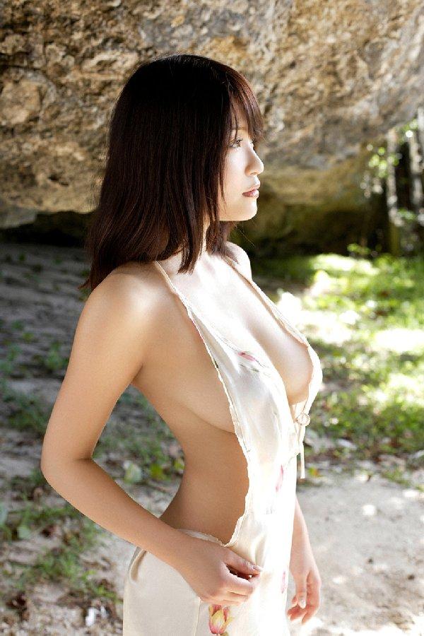 アイドルのハミ出た乳房 (9)