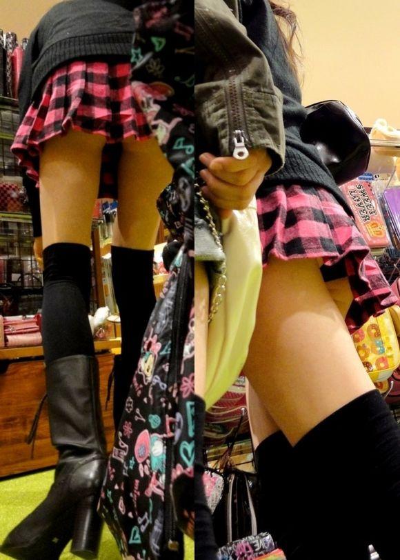 短いスカートで下着がチラリ (2)