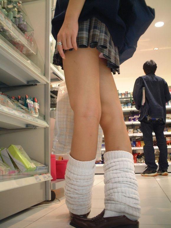 短いスカートで下着がチラリ (6)