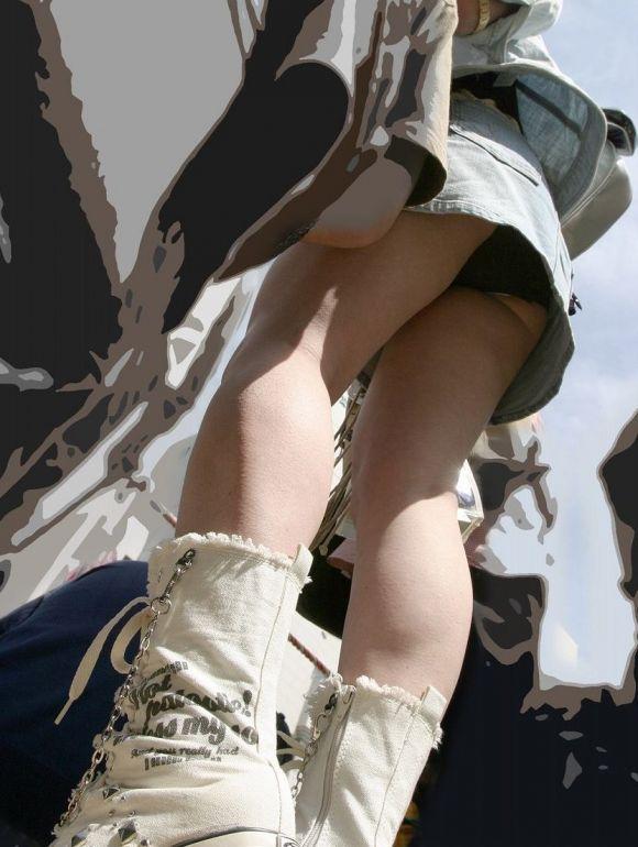 短いスカートで下着がチラリ (8)
