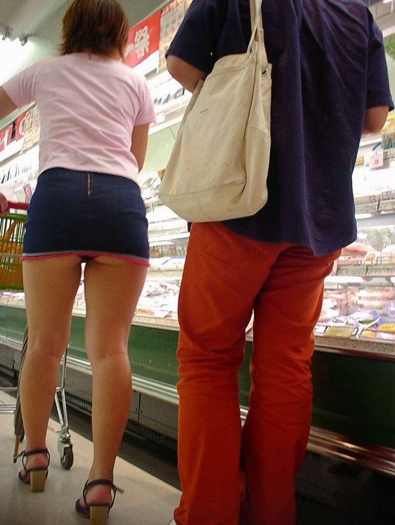 短いスカートで下着がチラリ (10)