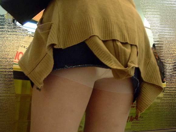 短いスカートで下着がチラリ (11)