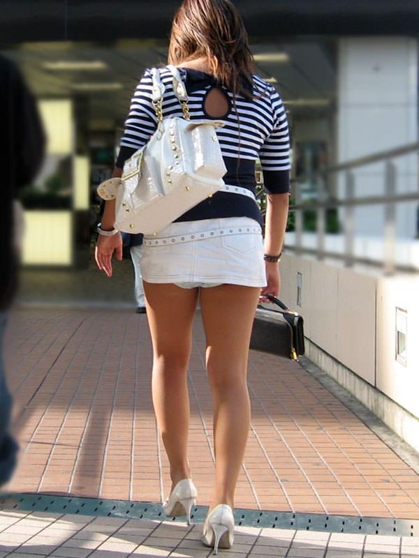 短いスカートで下着がチラリ (9)