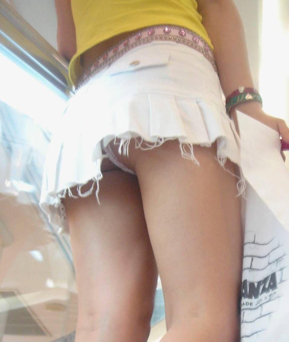 スカートから下着がチラリ (16)