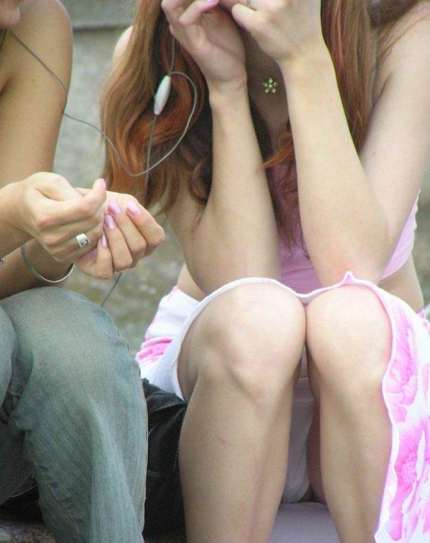 スカートの隙間からパンティー (18)