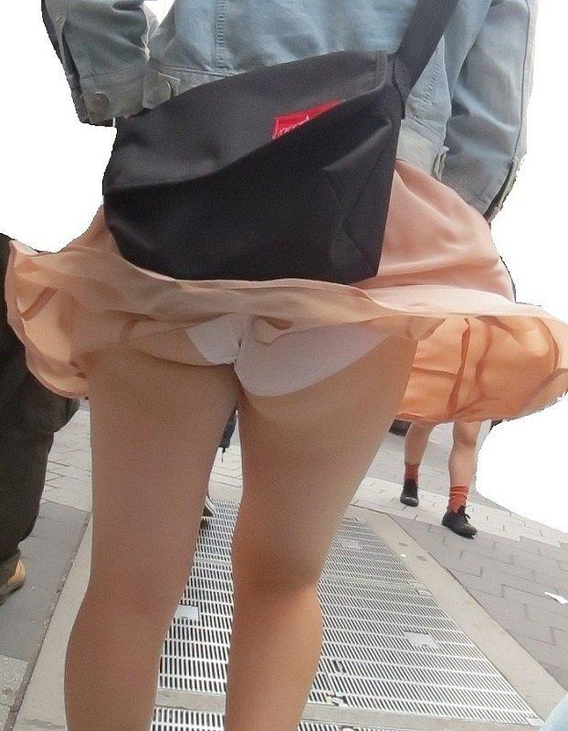 スカートひらりで下着見え (8)