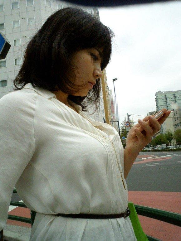 デカい乳房に釘付け (14)