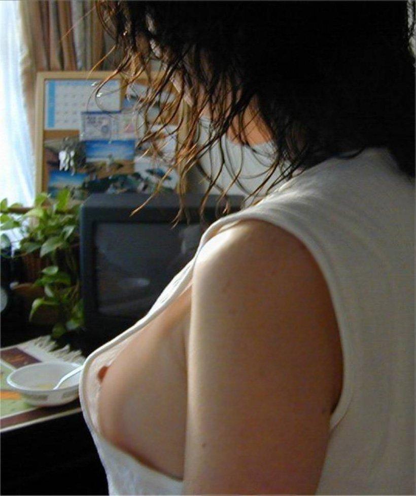 部屋で裸になる妹 (9)