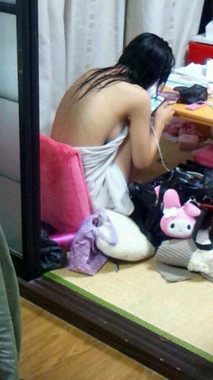 部屋で裸になる妹 (13)