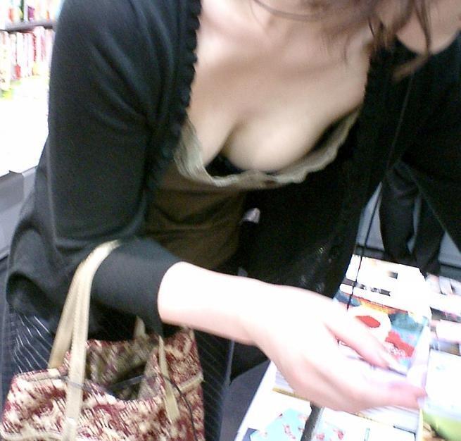 お乳がチラチラ見えてる (5)