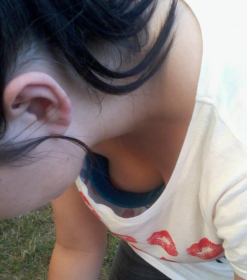 【H,エロ画像】シロウト小娘たちの胸元を覗き込むと、乳首まで見えちゃった