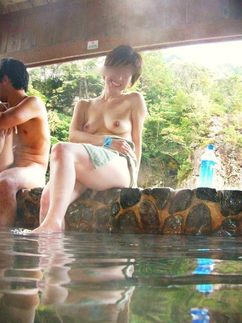 露天風呂で露出しちゃう (9)