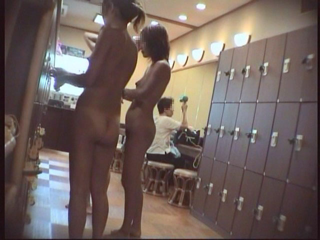 更衣室で脱いでいる途中 (4)