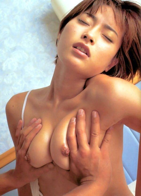 乳房を掴んでみる (19)