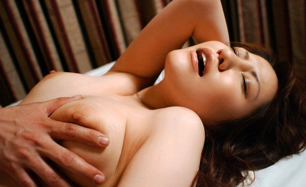 デカい乳房を強めに掴む (5)