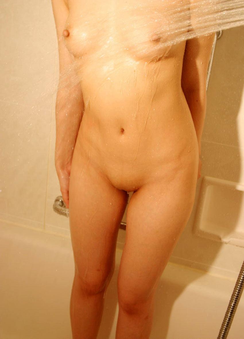 股間の陰毛を全部剃る (7)