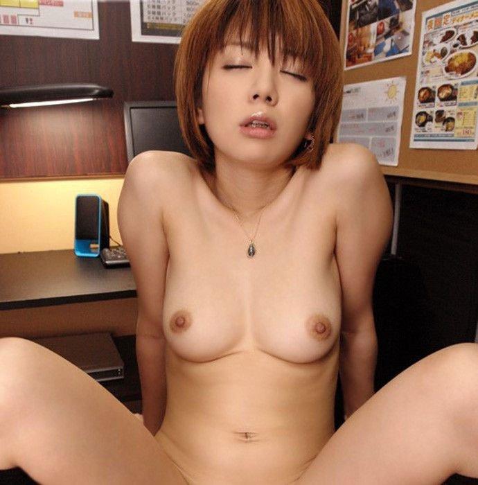 短めの髪な女の子の裸 (5)