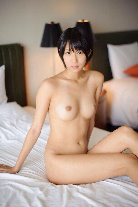 短めの髪な女の子の裸 (2)