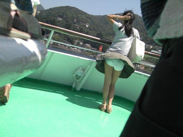 強風でパンティー丸出し (9)