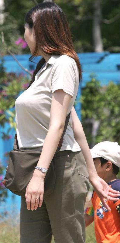 子連れでもデカい乳が気になる (4)