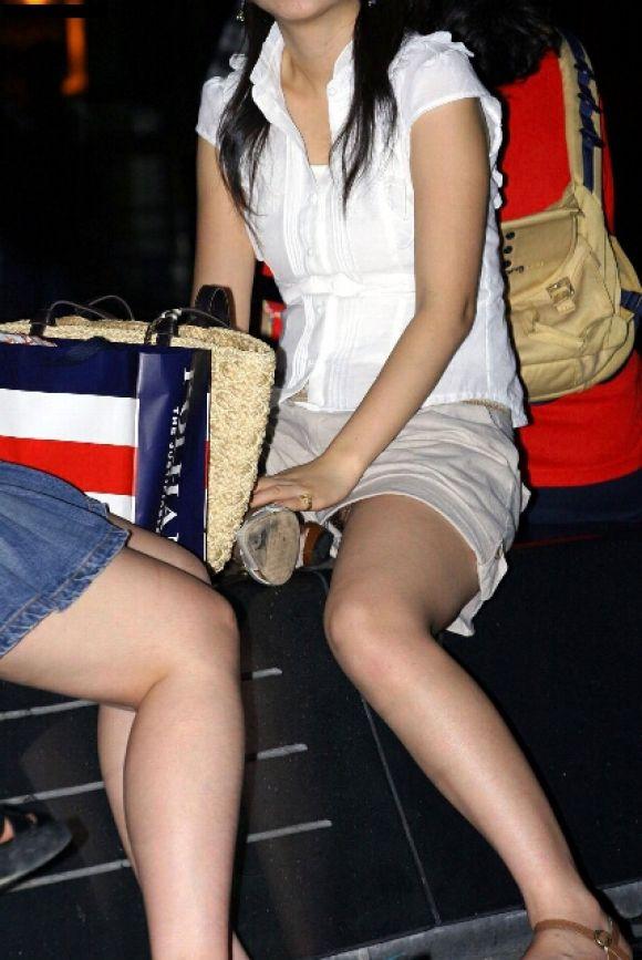ショートパンツが短すぎる女の子 (17)