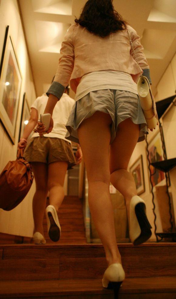 ショートパンツが短すぎる女の子 (12)