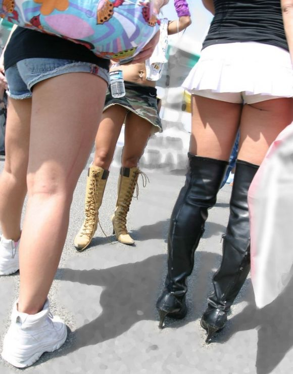 ショートパンツが短すぎる女の子 (14)