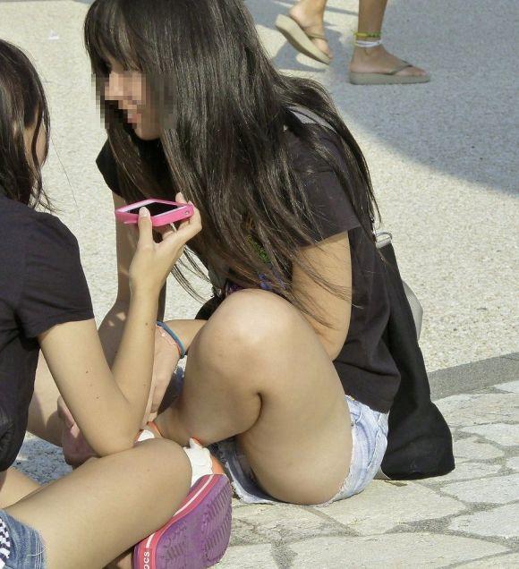ショートパンツが短すぎる女の子 (20)