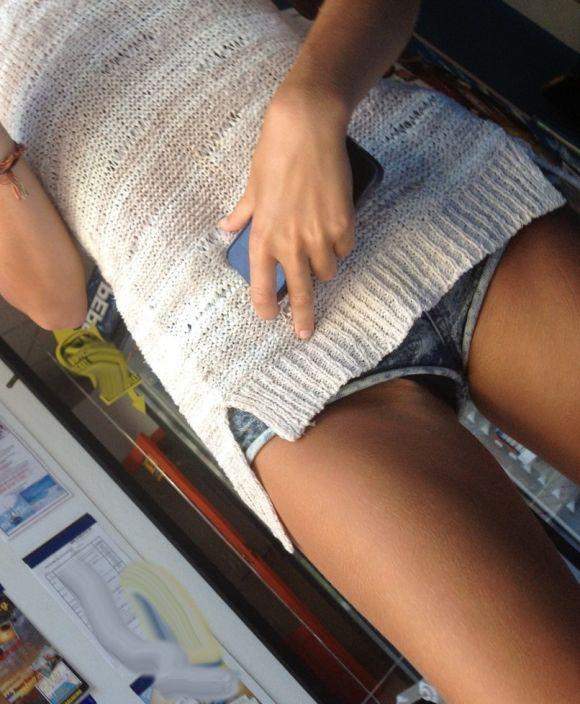 ショートパンツが短すぎる女の子 (7)