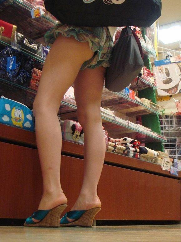 ショートパンツが短すぎる女の子 (8)