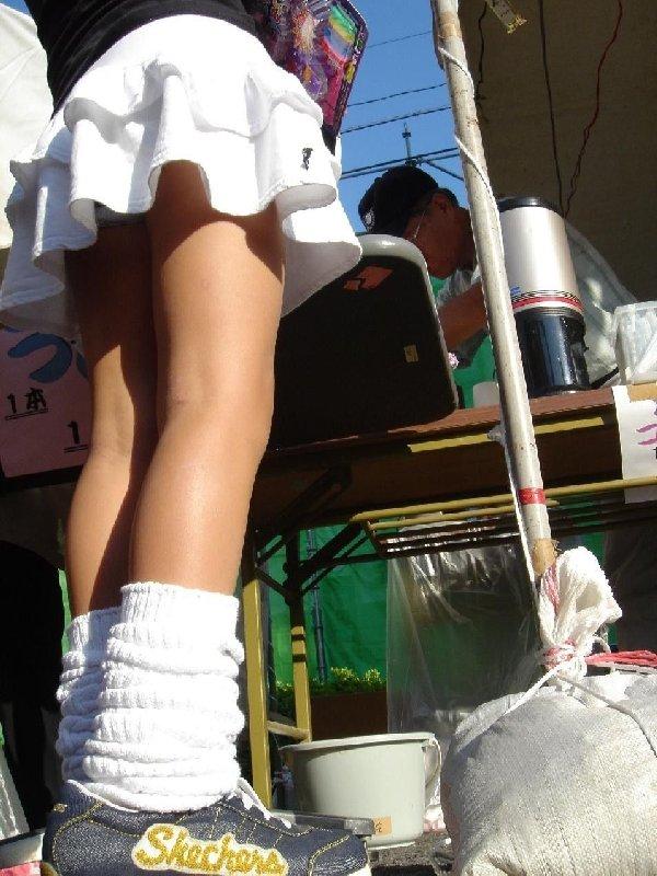 短いスカートだと下着が丸見え (9)