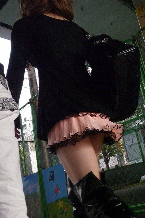 短いスカートだと下着が丸見え (11)