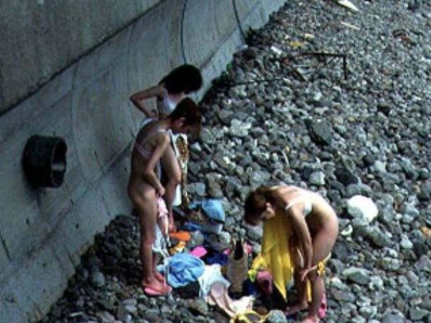野外で脱衣したらハプニング発生 (7)
