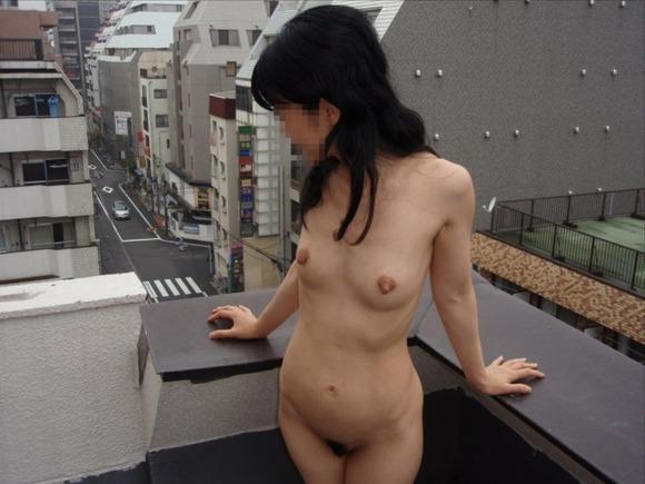 屋外で見られても脱いじゃう (2)