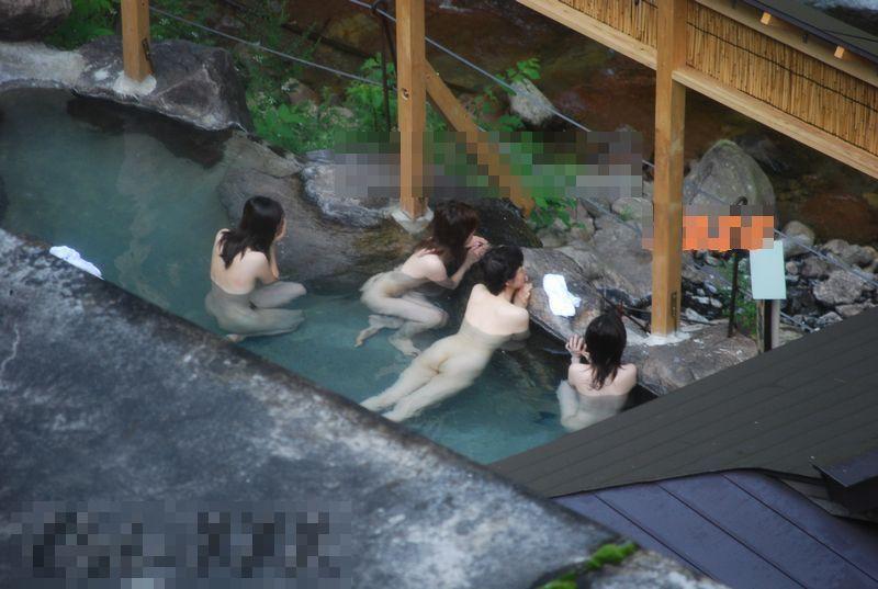 温泉に入ってる子を観察 (6)