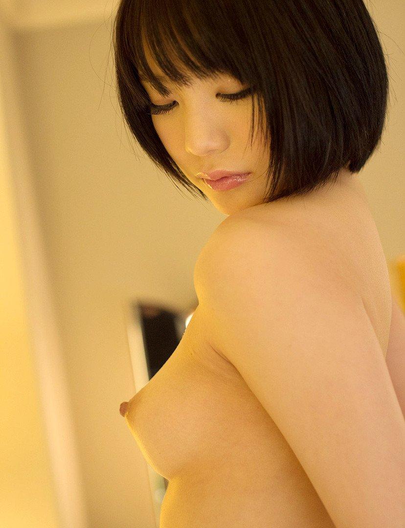 横から乳房と乳首を観察 (9)