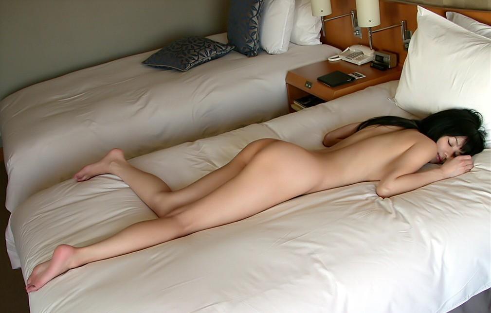 スッポンポンで眠る女 (7)