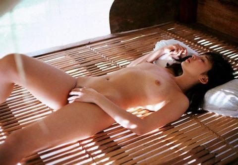 スッポンポンで眠る女 (6)