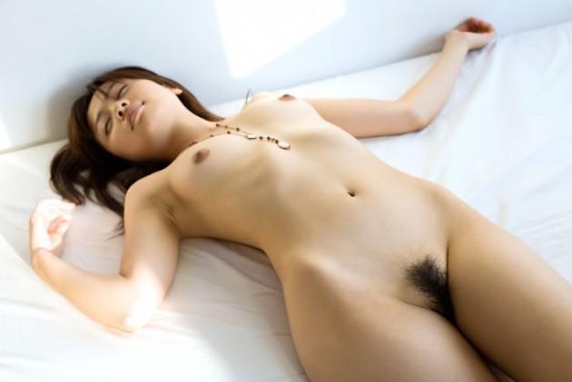 スッポンポンで眠る女 (15)