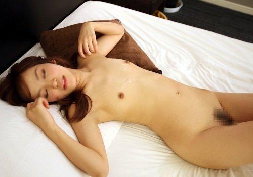 スッポンポンで眠る女 (12)