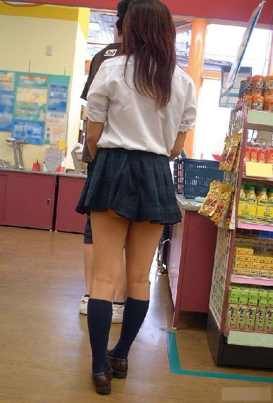 スカートの中から尻がハミ出てる (7)