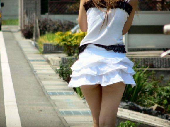 スカートの中から尻がハミ出てる (4)