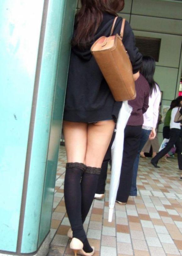 スカートの中から尻がハミ出てる (10)
