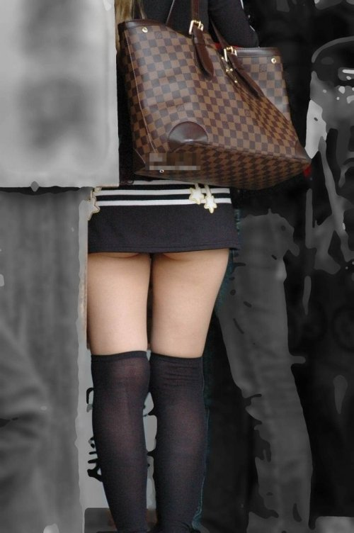 スカートの中から尻がハミ出てる (13)