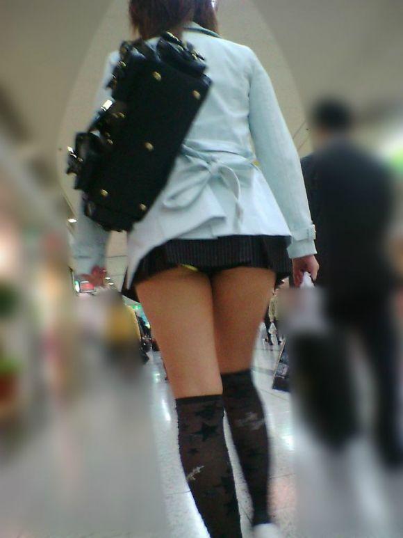 スカートの中から尻がハミ出てる (2)