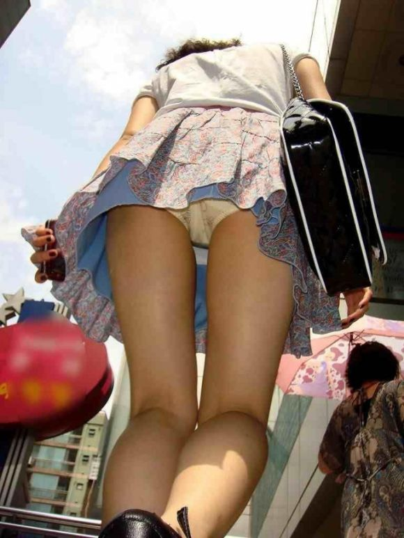 見上げるとスカートの中が見えた (1)